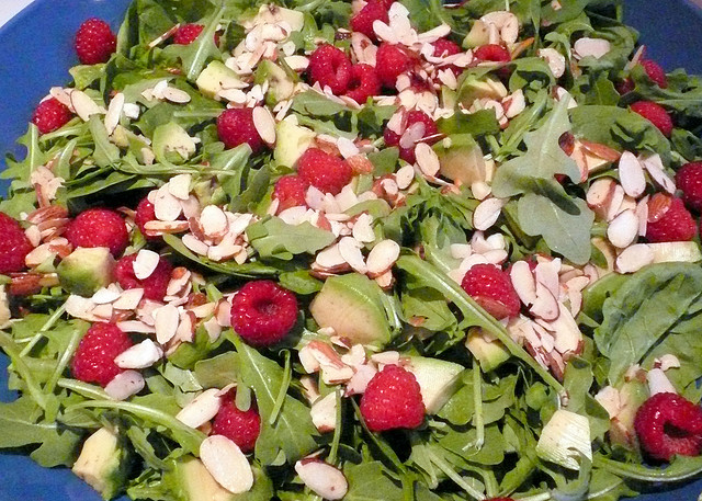 spinach salad with berries and nuts